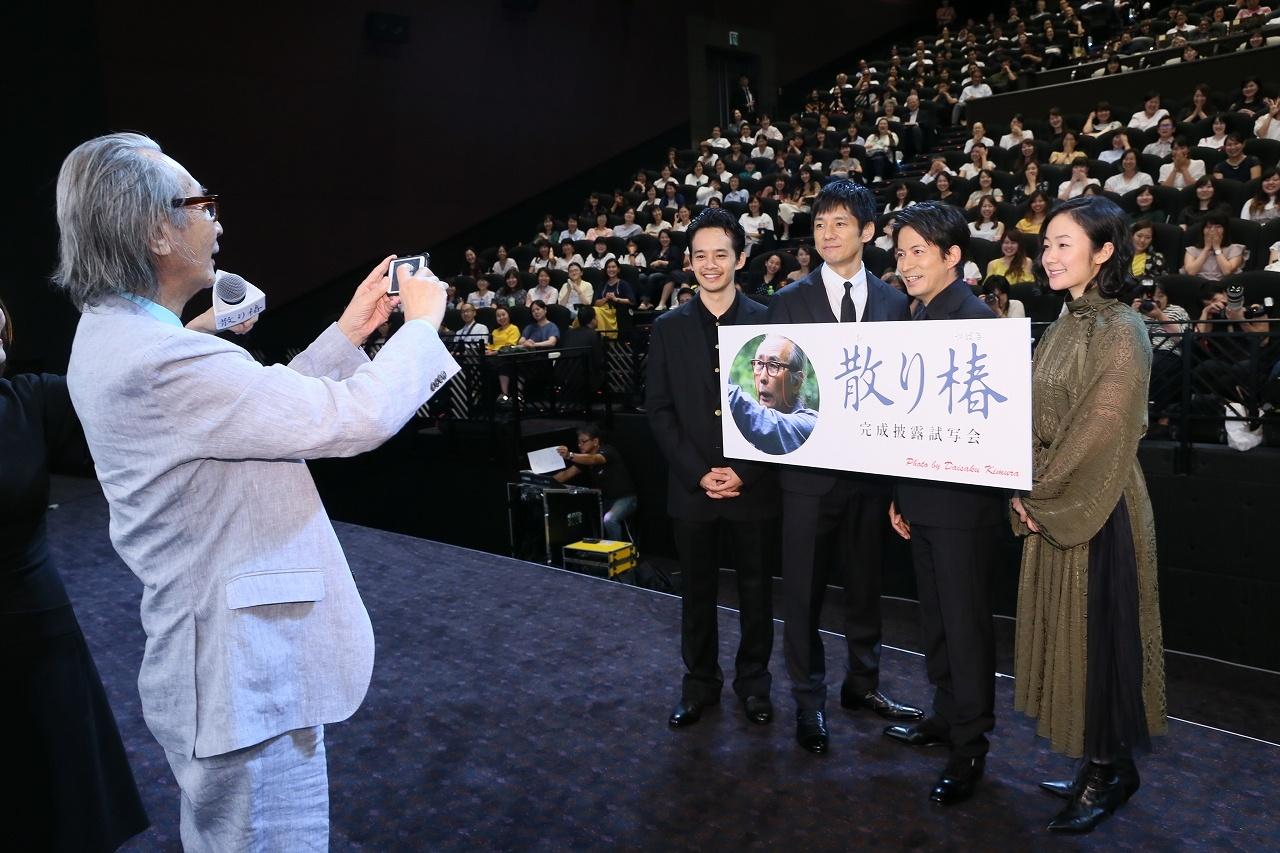 【写真を見る】満面の笑顔の岡田たちを、スマホで初めて撮影する木村監督。仕上がりは公式インスタグラムでチェックを!