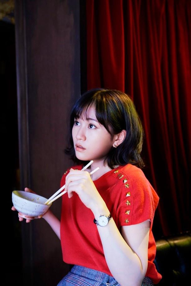 """AKB48の創世記から国民的グループになるまでを支えた""""アイドル""""あっちゃんが人妻に!(『食べる女』)"""