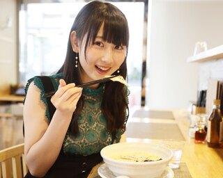 人気連載「SKE48のふぅふぅ女子♥」のスピンオフ企画として、「メンバーとおいしいラーメンを食べた~い♥」を勝手に妄想しちゃいました!今回の彼女はチームSの井上瑠夏ちゃん♪