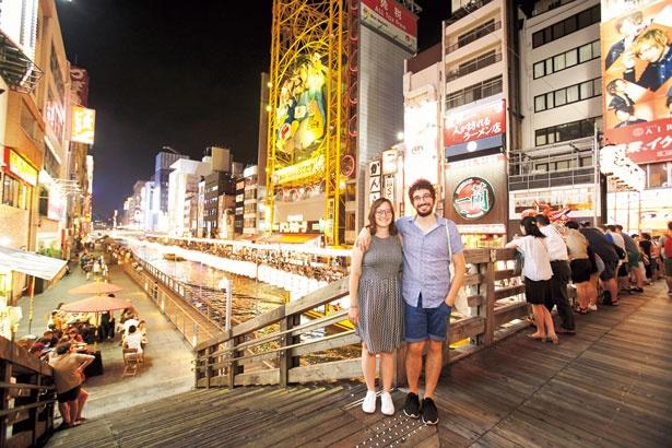 コテコテの大阪を夜まで楽しみ眠らない街をバックに撮影/道頓堀