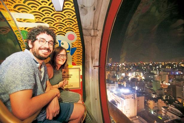 【写真をみる】ガラス張りで、夜の大阪の風景を川沿いから新世界まで見渡せる/ドン・キホーテ道頓堀店