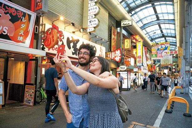 道具屋筋を抜けた先にも、お好み焼きなど大阪名物のお店がひしめく/千日前道具屋筋商店