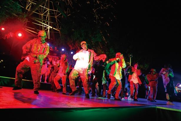さまざまなゾンビダンサーが、キレキレのダンスを披露