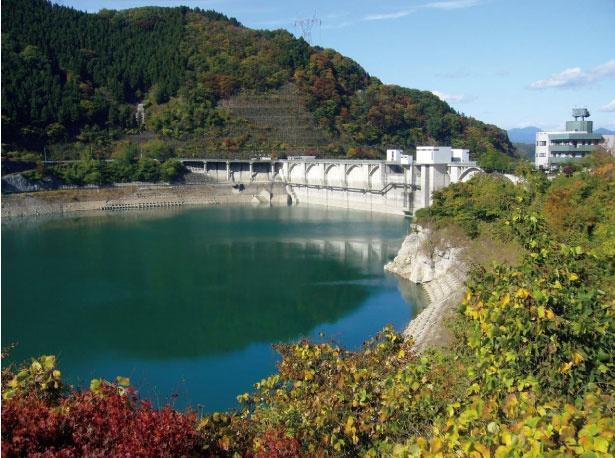 浦山ダムのダム湖では、ボートを持ち込んでの釣りが可能。詳細は総合管理所公式サイトで確認