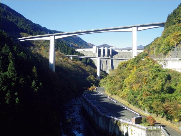 下流から望む滝沢ダム。その大きさを存分に感じられる