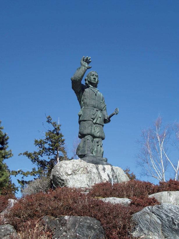 三峯神社には本体5.2メートル、地上15メートルの威容を誇る日本武尊の銅像がある