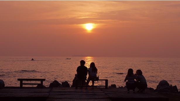 【写真を見る】海に沈む夕日を目当てに遠方から訪れるファンも多い/cafe MARE