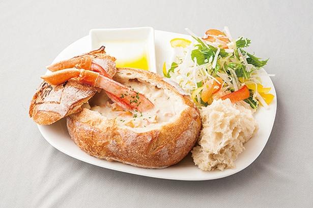 「カニクラムチャウダー」(1320円)。色とりどりの食材が写真映えする/cafe MARE