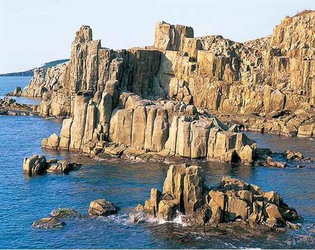 世界的に珍しい柱状節理の輝石安山岩や三段岩が見どころ。岩が柱状に重なる様子に注目して奇岩を見よう/東尋坊