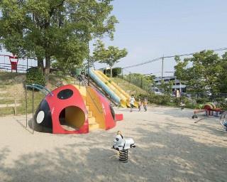 砂場には滑り台やブランコ、スプリング遊具など多彩な遊具が置かれる