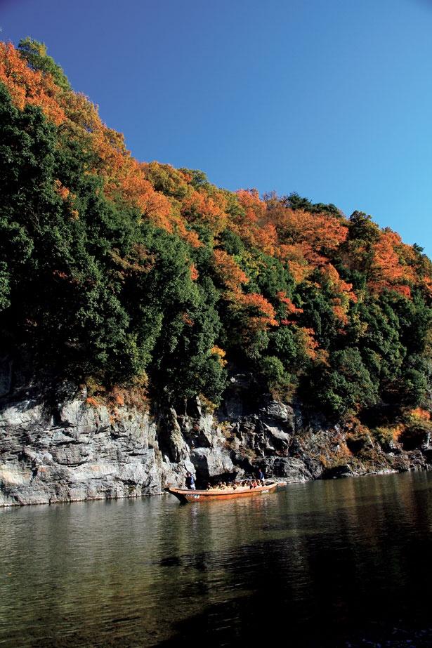 船の上から見る長瀞の紅葉は格別の美しさ