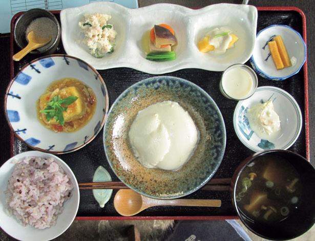 お豆ふ処 うめだ屋で提供されている、手作り豆腐がメインの「お豆ふランチ」(1200円、土日祝1300円)
