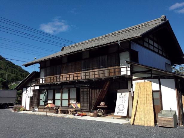 お豆ふ処 うめだ屋の外観。築108年の養蚕農家の古民家を利用した店舗は、趣深い雰囲気