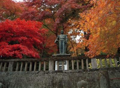 東郷公園 秩父御嶽神社は、唯一本人の許可を得て造られたという東郷元帥像付近が、紅葉の見どころのスポット