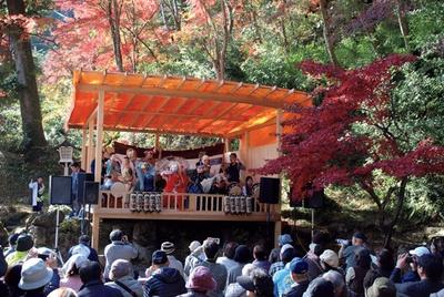 さまざまなパフォーマンスが行われる、東郷公園 秩父御嶽神社のもみじまつり。毎年多くの人でにぎわう
