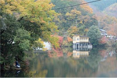 ボートに乗って紅葉を楽しめる鎌北湖。ボートは土日祝の10:00~15:00のみ(4~11月)有料で貸し出し