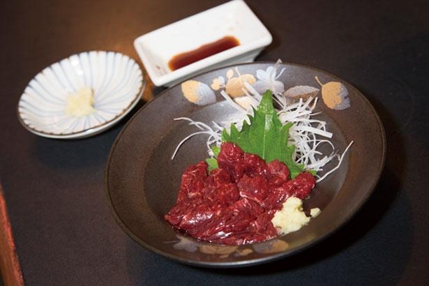 取材日のオススメだった、クジラ刺(800円)。初めて食べたという奥山さんは「トロトロでおいしい」とその味に感動