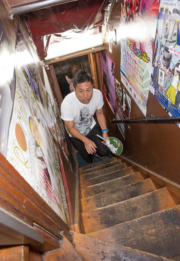 2Fへと続く階段を、どんな店かとドキドキしながら上る2人