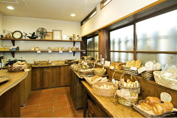 こじんまりした店内には約30種のパンが並ぶ