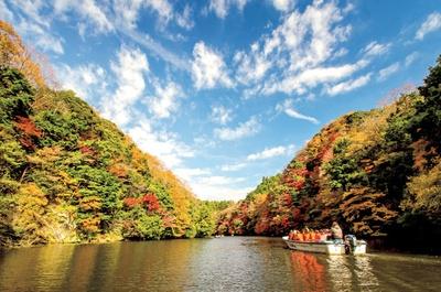 駅からアクセスしやすい場所にある亀山湖。紅葉の時期に関東でも珍しいクルージングできる