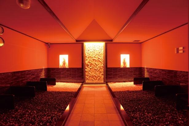 漢方薬草の香りが部屋いっぱいに漂う女性専用の岩盤浴。3種の薬方玉石から放たれる美の要素を体内に取り込む/八尾温泉 喜多の湯