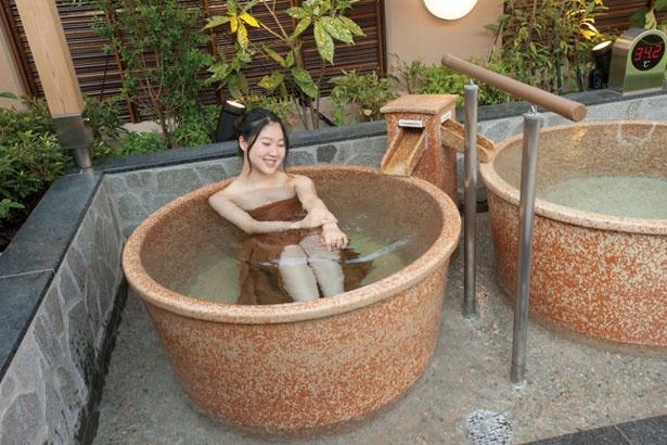 男湯&女湯の露天エリアに並ぶ4つの信楽焼の壺湯。足を伸ばすこともできる大きな壺で、お湯を一人占め。ただし長時間の独占はご遠慮を/八尾温泉 喜多の湯