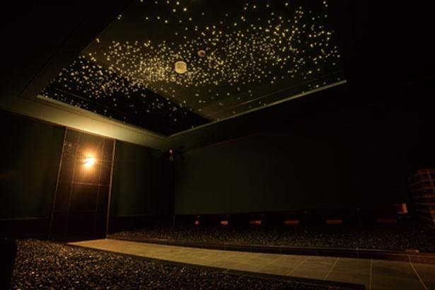 天井に満天の星や流れ星が現れる星空房。ブラックゲルマニウムの砂利をいっぱい敷き詰めたベッドに寝転ぶ/八尾温泉 喜多の湯