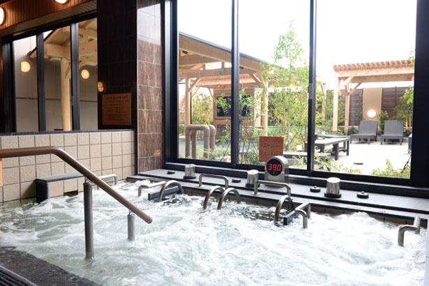 【写真を見る】浴槽に設置された装置から気泡を含んだお湯が勢いよく噴き出すジェットバス。背中や腰などを当てることで、マッサージ効果も得られる/八尾温泉 喜多の湯