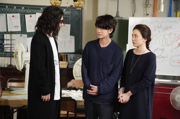 謎の人物に詰め寄られる佐藤と永野