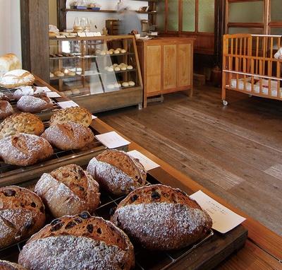 厳選素材の酵母パンが並ぶ「自家製酵母パン のたり」。ハード系がメインで、ドライフルーツやナッツなどの素材もオーガニックにこだわる