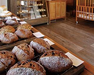 「Boulangerie NOAN」。2Fのカフェでは、ワンドリンクオーダーで購入したパンが食べられる。