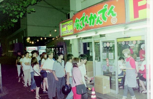 【写真を見る】開業当時は店の外まで列が並ぶ盛況ぶりだった
