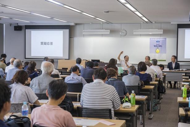 生活と密接に関わる「電気」についての興味深い講義に、受講者たちは熱心に耳を傾けていた