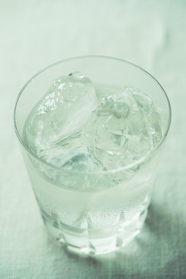 【写真を見る】日本酒をロックで。少しずつ変わる味を硬派にじっくり堪能