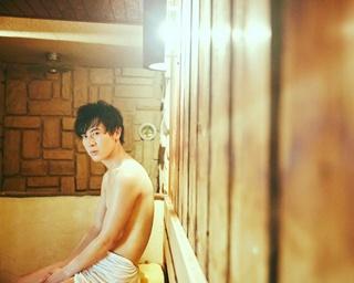 よっぽど疲れている時以外は絶対にお湯に浸かる!という風呂をこよなく愛する男・土田拓海。撮影中も「癒される~」とリラックスモード
