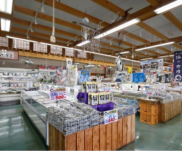 さいき 海の市場〇 / 商品は約200の地元水産加工業者や農家が持ち寄る