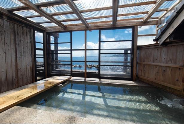 塩湯 / 内湯「天然海水風呂」。サウナは遠赤外線、スチームの2種が男女日替り。貸切り湯も