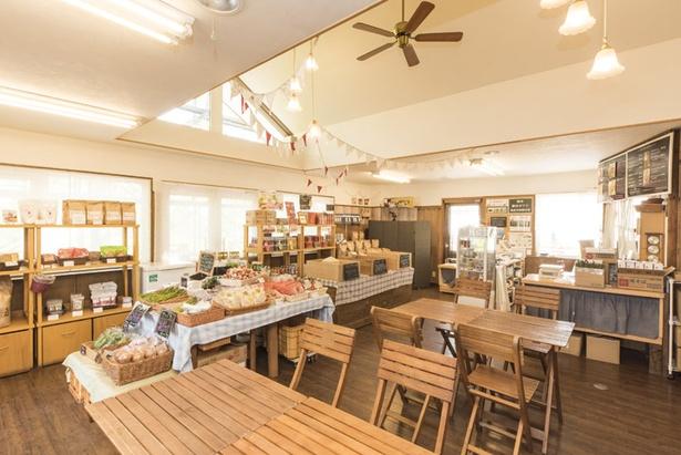 直売所では農場内でとれた特別栽培米をはじめ、農産加工品や近隣農家の育てた新鮮な野菜も販売。一角にカフェも併設されている