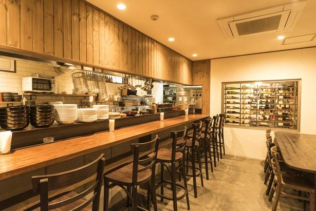 オープンキッチンになっているカウンター席。奥にはワインセラーになっている