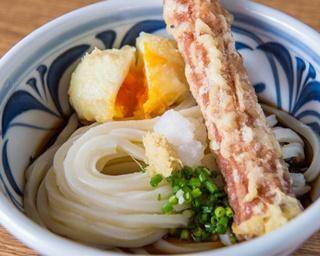 麺の個性がダイレクトで楽しめる釜揚げうどんと天ぷらのセット「天釜うどん」(820円)