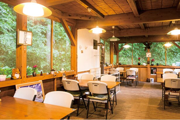 GABAI いのしし食彩 / 店は国道263号沿いにある、山小屋風の建物。気さくな店主・山本さんとの会話を楽しみに来る客も多い