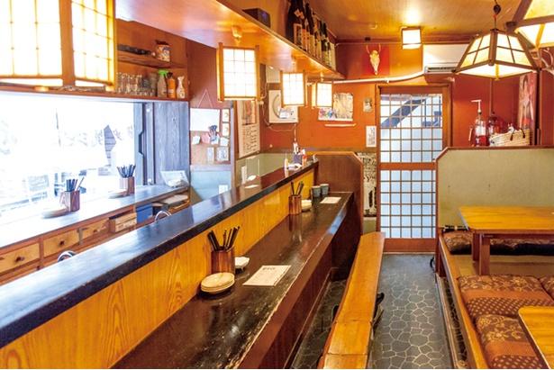 【写真を見る】焼山 本店 / 立ち飲み用のカウンターもあり、1人でも気軽に利用できる
