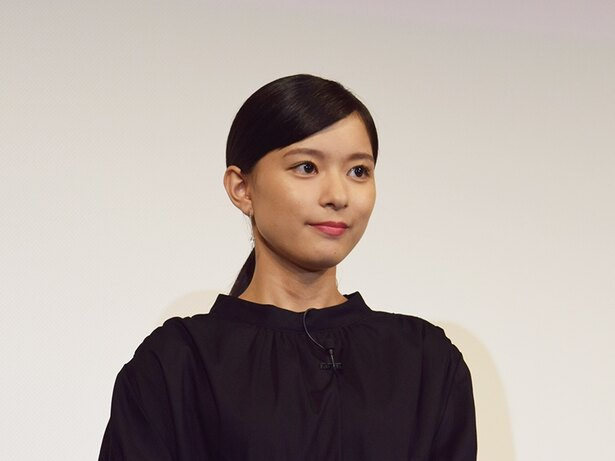 """芳根京子、土屋太鳳に""""壁ドンちゅー!""""「この写真はヤバすぎます」の声"""