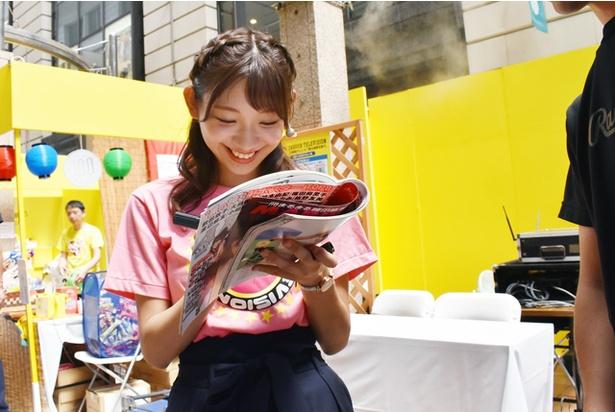 わざわざ来場したファンの方も!アイドル時代の雑誌のグラビアにサインをする茉里奈さん