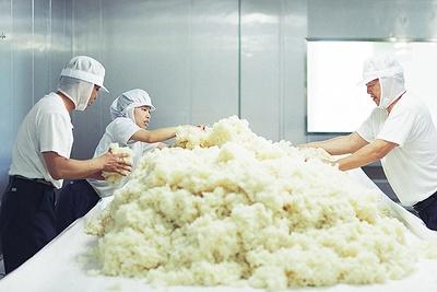 蒸し米を広げる作業も重労働