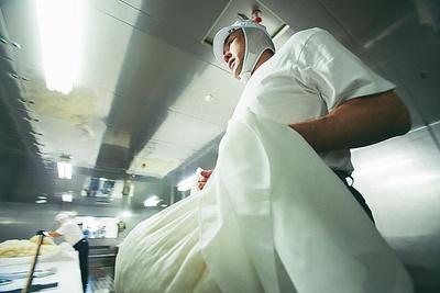 一ノ蔵の酒造りは「手づくり」に徹する。15キロ以上ある蒸し米を運ぶのも人力だ。米の温度を落とさないように、走って移動する
