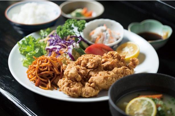 とり天職人わたる / とり天定食(1200円)。酢醤油と辛子で味わうとり天はジューシーなモモ肉を使用。大分特産のカボスを搾ってもおいしい