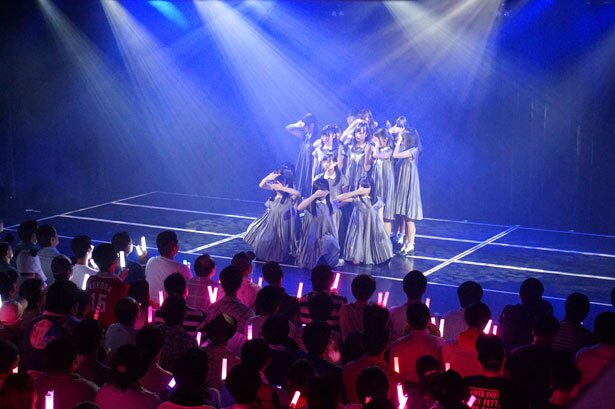 『暗闇』を披露するSTU48