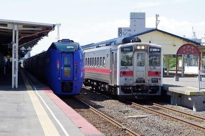 釧路駅に停車中の特急スーパーおおぞら号と、発車する花咲線の普通列車