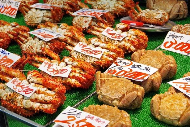 毛ガニや花咲ガニなど、新鮮な海産物が豊富なのも市場ならでは。お土産に購入しましょう!